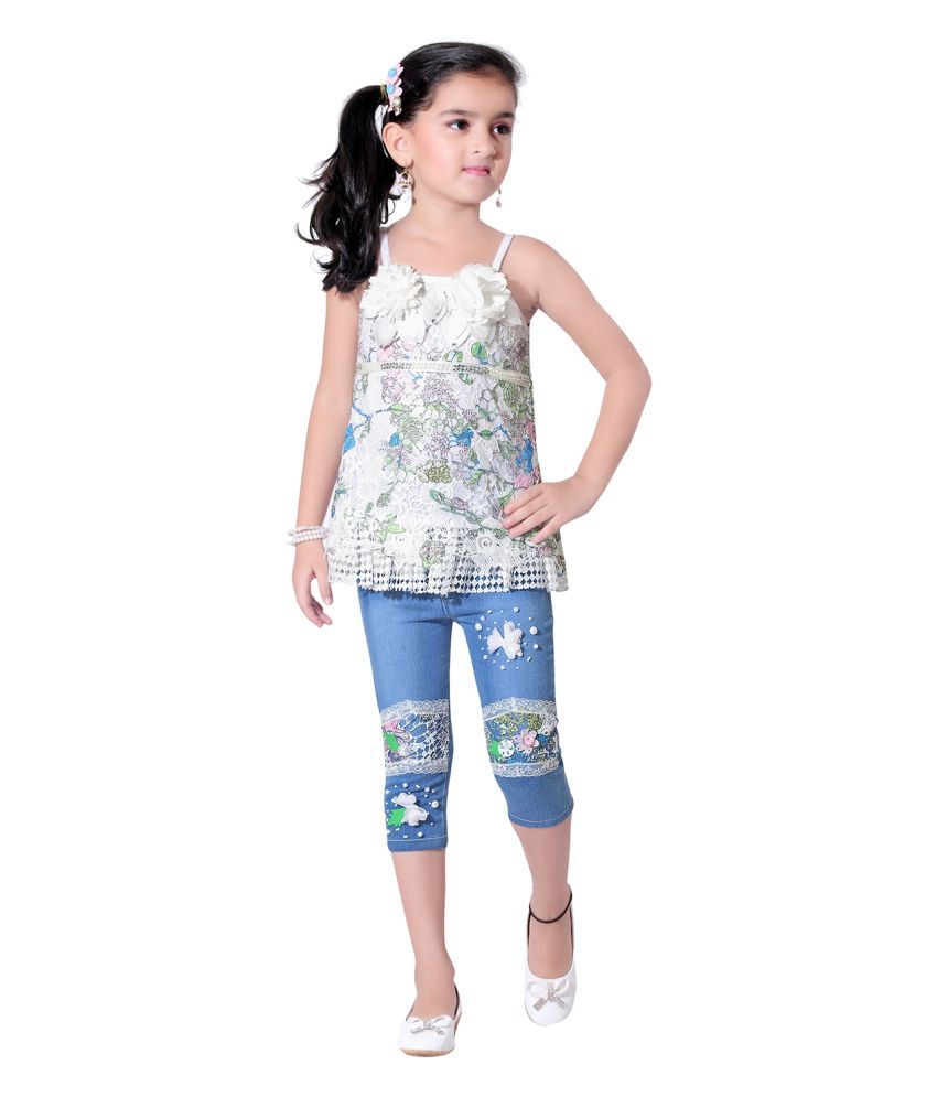 Fill her wardrobe with the girls jeans from Gap that are the perfect foundation piece to every outfit. The jeans for girls offer light to dark washes and everything in between.