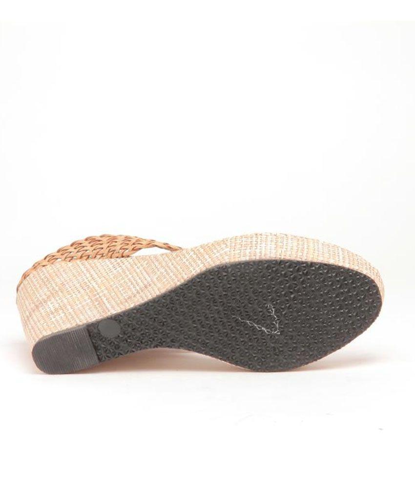 cfb2cfd158b Sindhi Footwear Beige V Shape Heeled Slippers Price in India- Buy ...