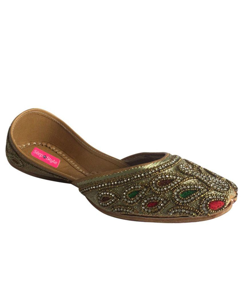 Step n Style Golden Punjabi Juttis